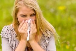 Vrouw niest vanwege hooikoorts