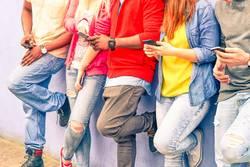 Pubers telefoneren met hun mobiel