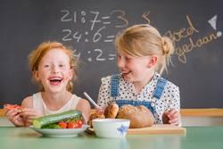 2 meisjes ontbijten op school
