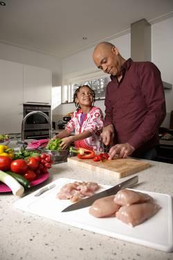 Vader en dochter snijden groente