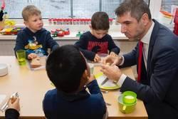 Kinderen ontbijten op school met staatssecretaris