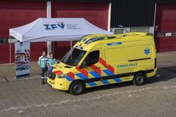 Ambulance met nieuwe strepen