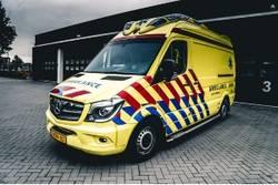 Ambulance vertrekt uit garage