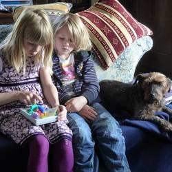 Kinderen doen een spelletje op bed