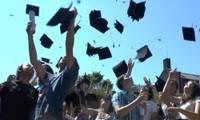 Jongeren gooien boeken in de lucht