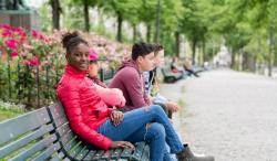 2 jongens en 1 meisje op een bankje